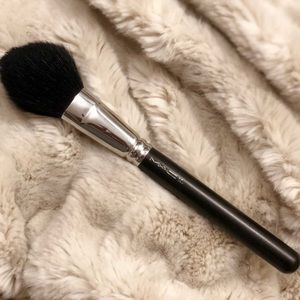 MAC large synthetic powder brush